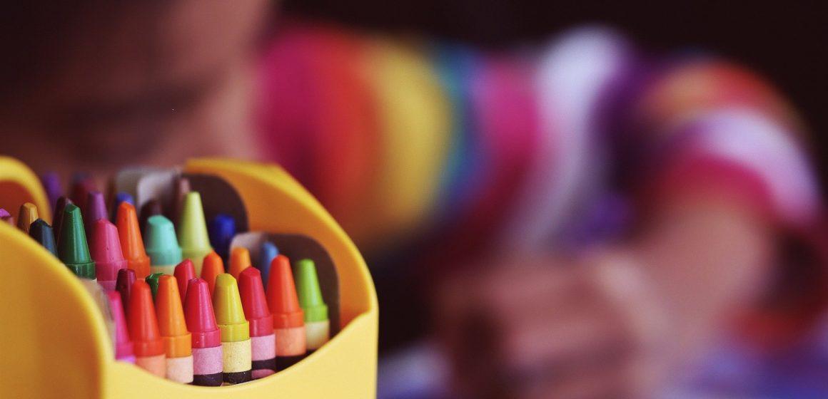 Portadores de autismo e outras deficiências podem ficar sem máscara na escola?